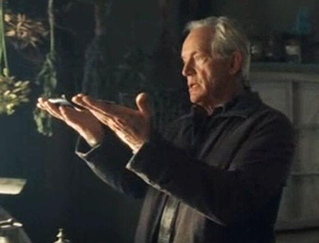 File:Abner holding the dagger.jpg