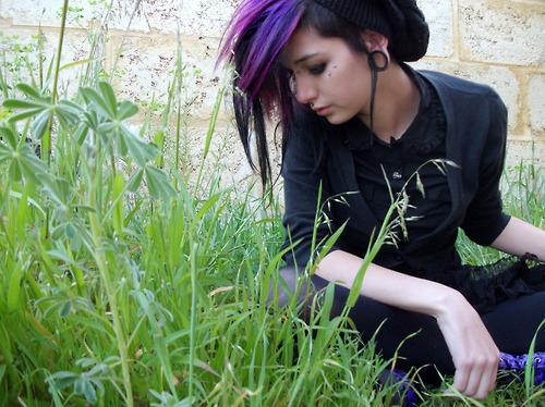 File:Cute-dyed-hair-girl-make-up-outside-plugs-Favim.com-45149 large.jpg