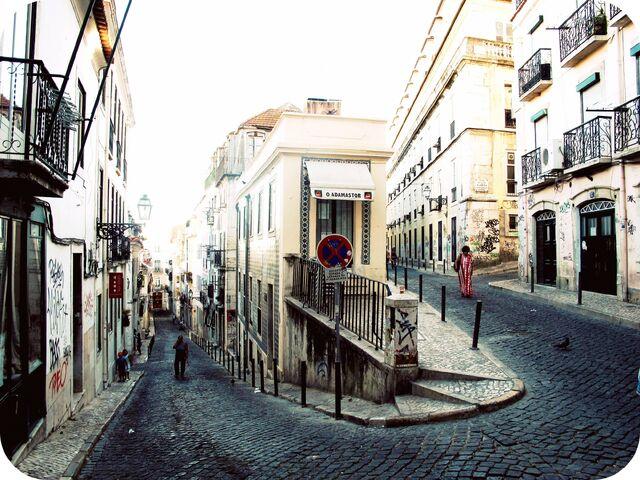 File:Curved-Street-Bairro-Alto..jpg