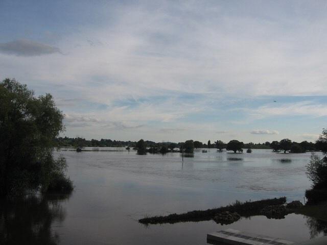 File:FloodingInTewkesburyJuly2007.JPG