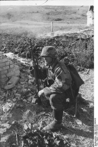 File:Bundesarchiv Bild 101I 022 2924 33 Russland Soldat in Tarnjacke.jpg