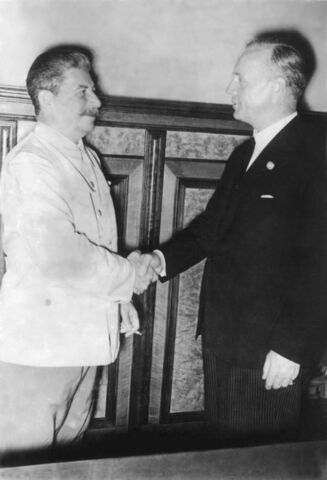 File:Bundesarchiv Bild 183-H27337, Moskau, Stalin und Ribbentrop im Kreml.jpg