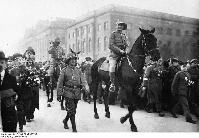 File:German Victory parade, 1915.jpg