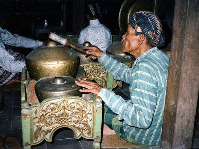 File:800px-Gamelan-Yogyakarta.jpg