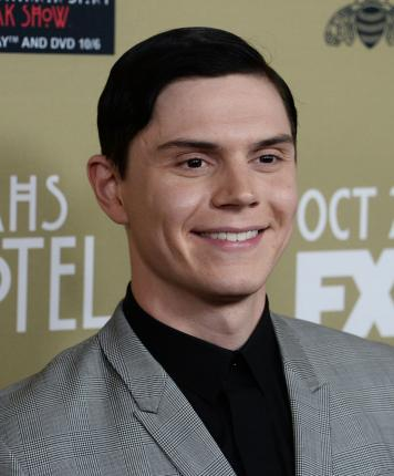 File:Evan-Peters-confirms-reconciliation-with-Emma-Roberts.jpg