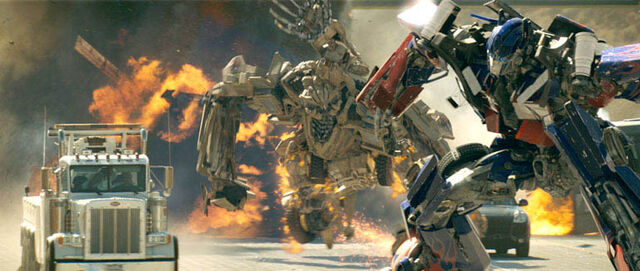 File:Movie2007 Bonecrusher attacks Prime.jpg