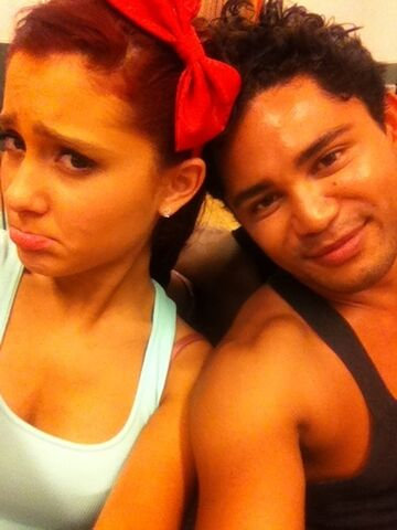 File:Ariana with a bow in her hair and isaac.jpg