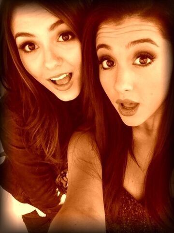 File:Ariana and Victoria Justice.jpg