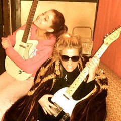 Ke$ha and Ariana Grande having a guitar jam session