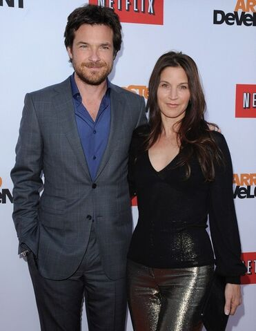 File:2013 Netflix S4 Premiere - Jason and Amanda 02.jpg
