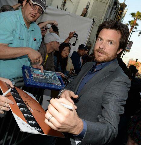 File:2013 Netflix S4 Premiere - Jason Signing Autographs.jpg
