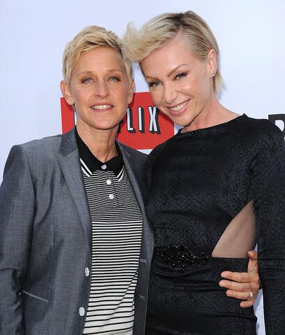 File:2013 Netflix S4 Premiere - Portia and Ellen 03.jpg