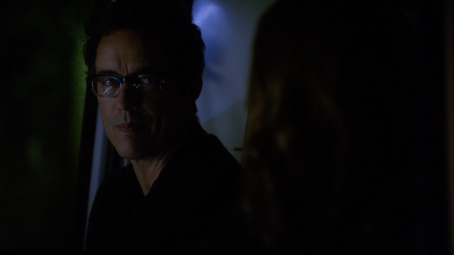 File:Eobard talks to Caitlin.png