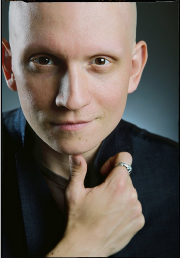 Archivo:Anthony Carrigan.png