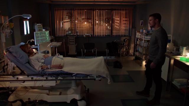 File:Oliver at Laurel's bedside.png