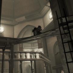 Ezio loopt naar de overkant.
