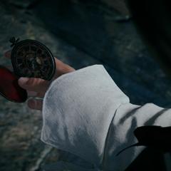 Een oudere Arno kijkt naar het zakhorloge