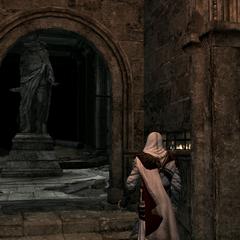 Ezio voor een standbeeld