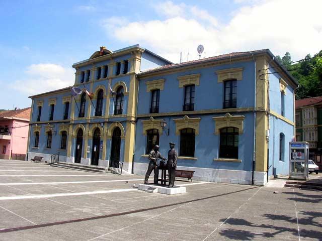 Archivo:Plaza Mayor (ángulo inverso)-Trubia.jpg
