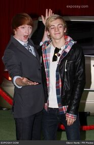 Calum-worthy-and-ross-lynch-muppets-los-1OYyC8