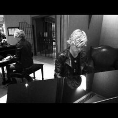 Ross playing piano for R5