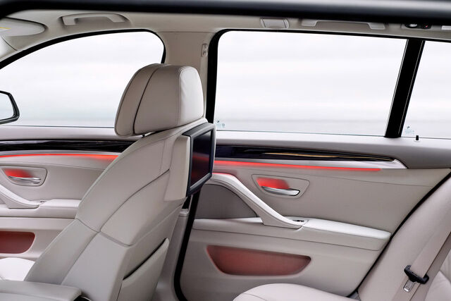 File:2011-BMW-5-Series-Touring-43.jpg