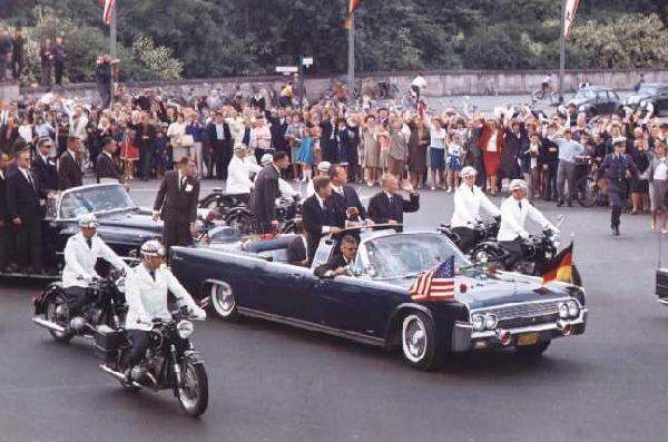 File:1962-jfkonparade-braving-a-open-lincoln.jpgmid.jpg