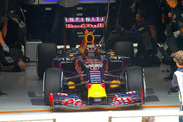 File:Ricciardo 2015 China pits.jpg