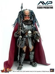 File:Starszy Predator z bronią i maską w rękach.jpg