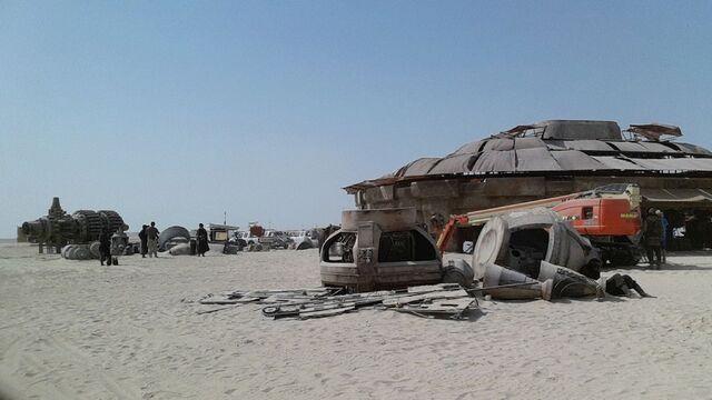 File:Star-Wars-Epsiode-VII-set-photos-in-Abu-Dhabi (4).jpg