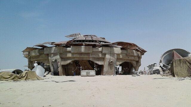 File:Star-Wars-Epsiode-VII-set-photos-in-Abu-Dhabi (1).jpg