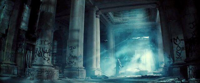 File:Batman-V-Superman-Trailer-Armor-Graffiti-Riddler.jpg