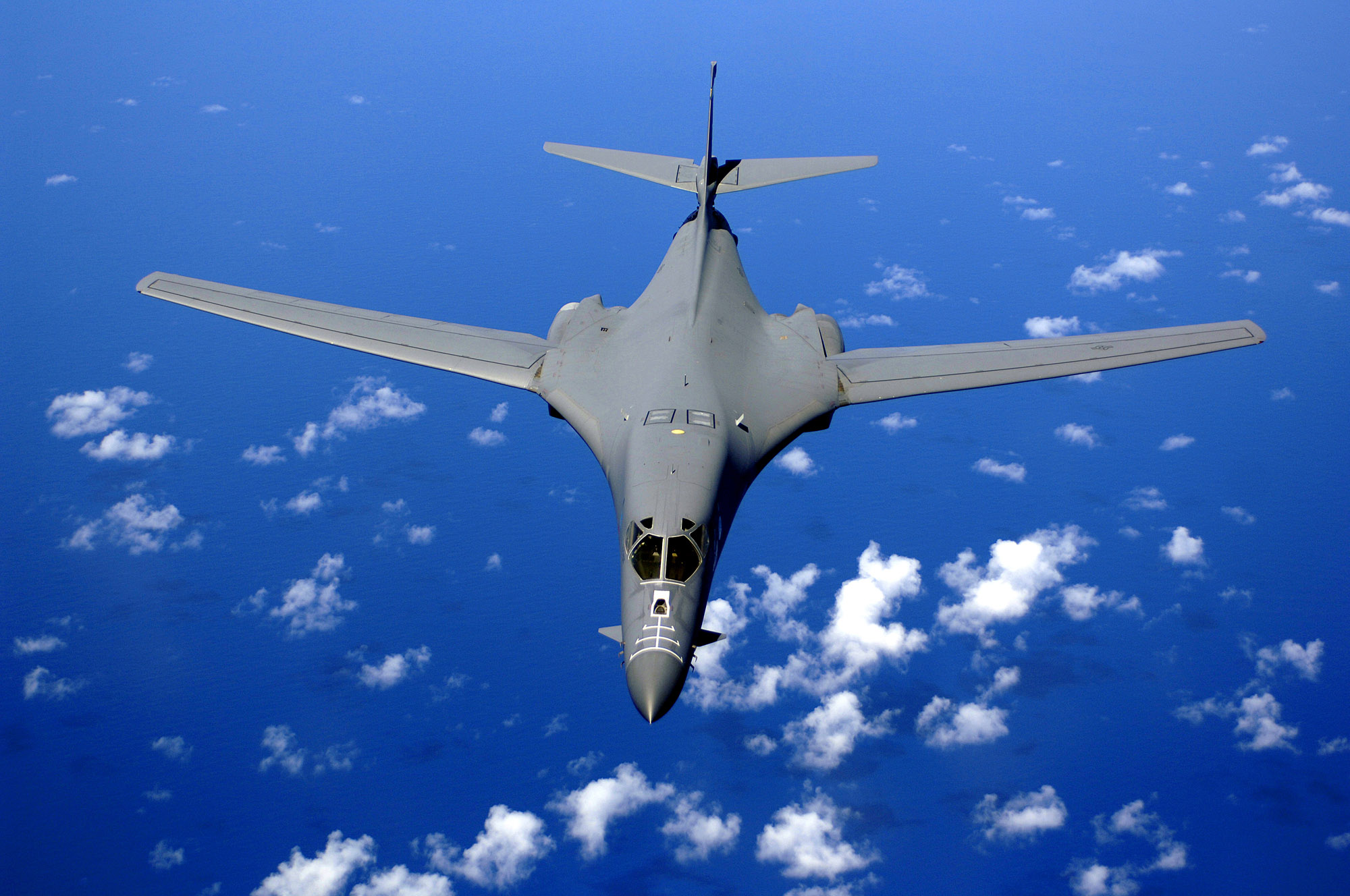 Datei:B-1B over the pacific ocean.jpg