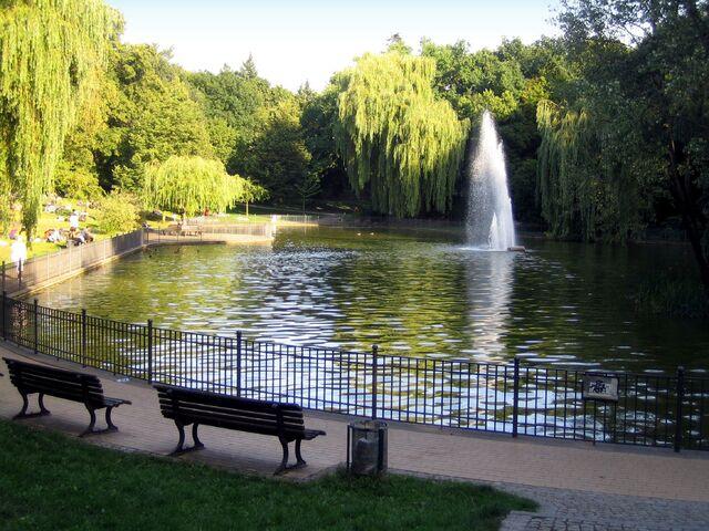 Datei:Volkspark Berlin Friedrichshain Grosser Teich.jpg