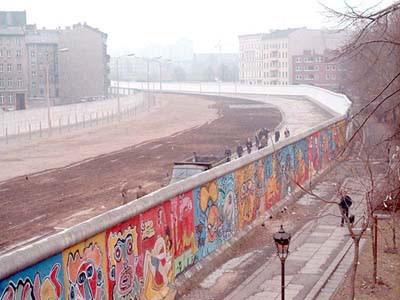 Datei:Berlin Wall graffiti&death strip.jpg