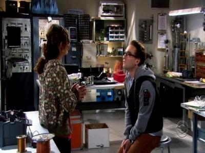 File:Leonard and leslie in her lab.jpg