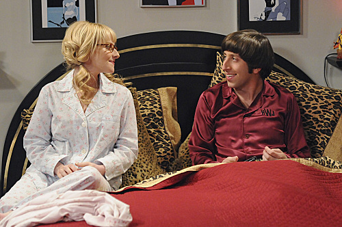 File:Howard and Bernadette in his room.jpg