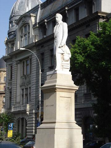 Fișier:Statuia lui Spiru Haret.jpg