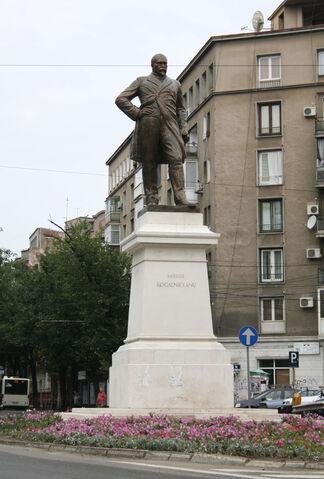 Fișier:Statuia lui Mihail Kogalniceanu.jpg
