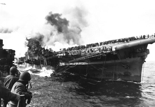檔案:Attack on carrier USS Franklin 19 March 1945.jpg