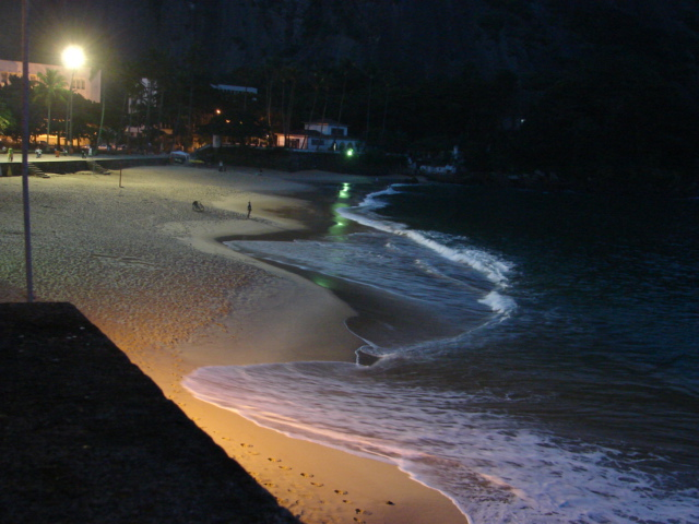 檔案:Praia Vermelha beach at night.jpg