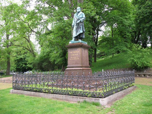 File:Statue-of-Gauss-in-Braunschweig.jpg