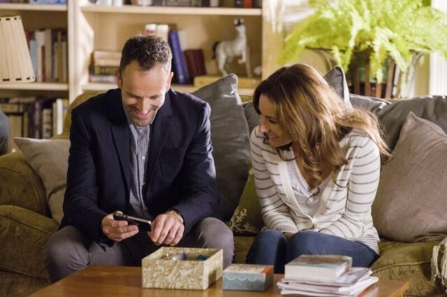 File:006 Poison Pen behind the scenes still of Jonny Lee Miller and Laura Benanti.jpg