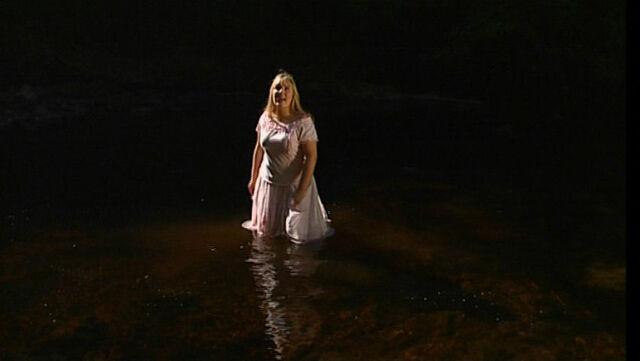File:Chloë in the water.jpg
