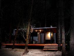 Casa en el bosque de noche