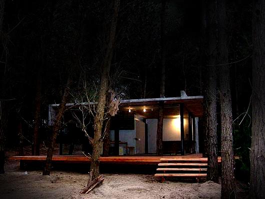 File:Casa en el bosque de noche.jpg