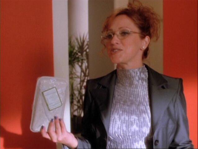File:1x08-Hannah happy about taking sandwich.jpg