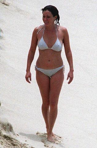 File:Shannon-doherty-bikini-07.jpg