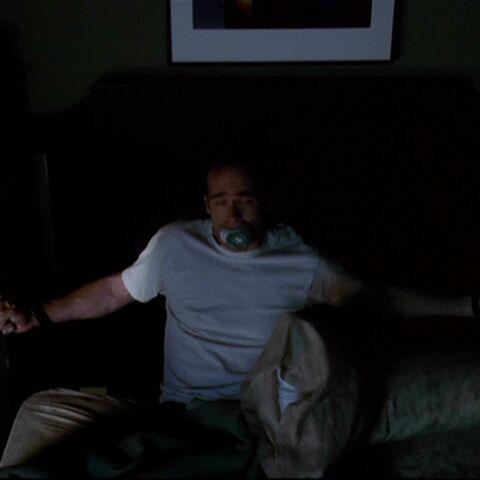 Wystraszony Seth w swoim łóżku.