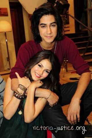 File:Behind-the-Scenes-Victorious-Photoshoot-avan-and-victoria-17452693-333-500.jpg